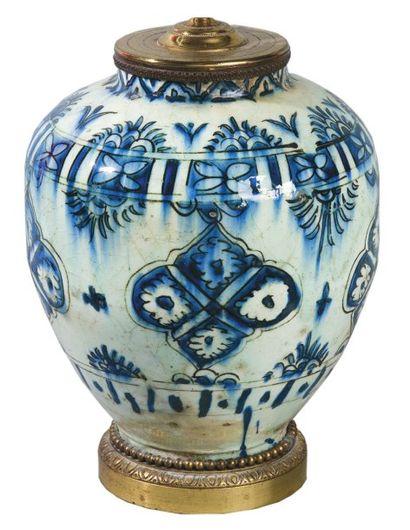 Vase en céramique siliceuse à décor peint...