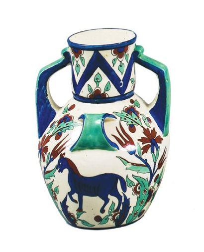 Vase à quatre anneaux dont deux simulant...