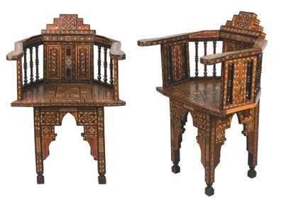 Paire de fauteuils en bois entièrement marqueté...