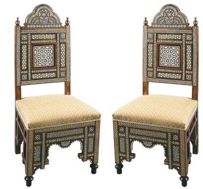 Paire de chaises à haut dossier en bois marqueté...