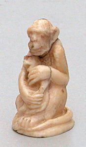 NETSUKE en ivoire représentant un singe assis...