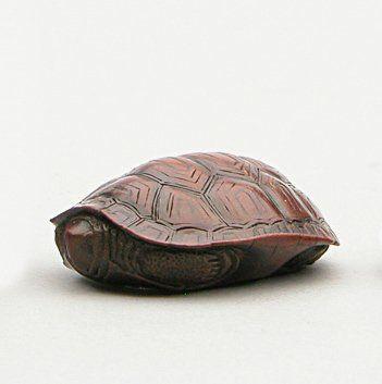 NETSUKE en bois représentant une tortue....