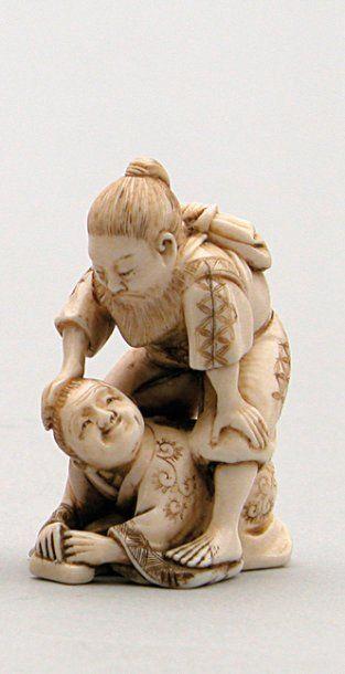 NETSUKE en ivoire représentant un vieux samouraï...