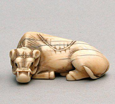 NETSUKE en ivoire représentant un buffle....