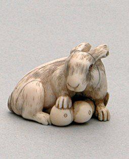 NETSUKE en ivoire représentant un lièvre...