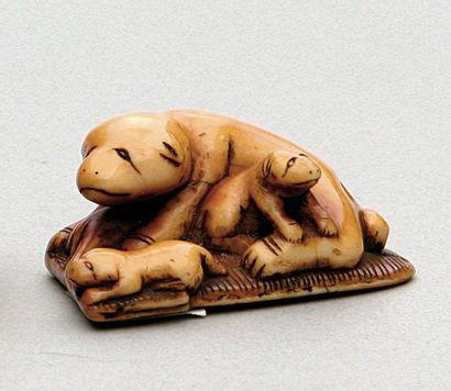 NETSUKE en ivoire représentant une chienne...