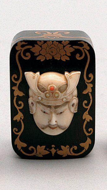BOITE en en bois laqué or et décorée sur...