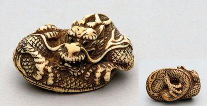 NETSUKE en ivoire représentant un dragon...