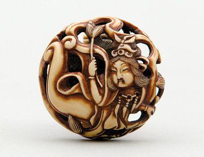 MANJU RYUSA en ivoire à décor d'une tennin...