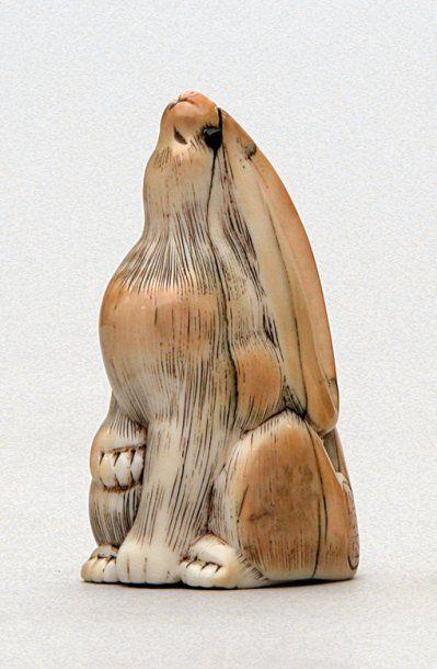 NETSUKE en ivoire représentant un lièvre,...