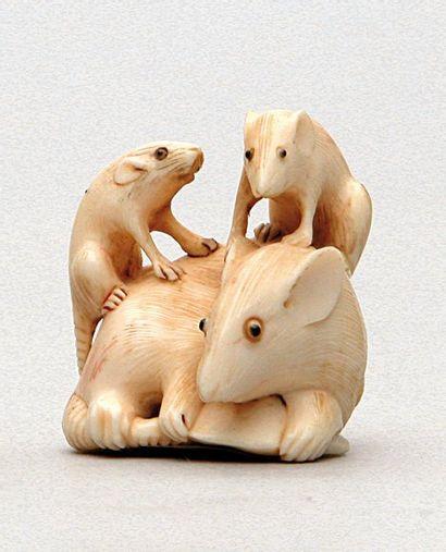NETSUKE en ivoire représentant trois souris....