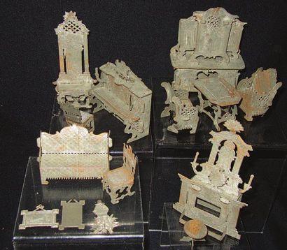 Rare ensemble de meubles miniatures en papier...