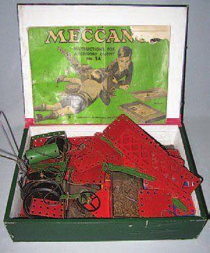 Boîte avec pièces de MECCANO couleur rouge...