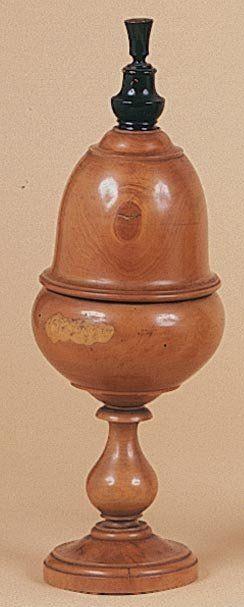 Vase à l'oeuf. Ce vase en buis très patiné,...