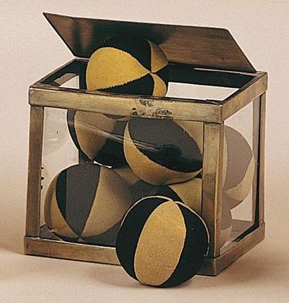 Boîte transparente aux balles. Cette boîte permet de faire apparaître - à vue -...