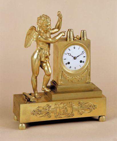 Pendule Chérubin escamoteur. Pendule en bronze doré représentant un chérubin escamoteur...