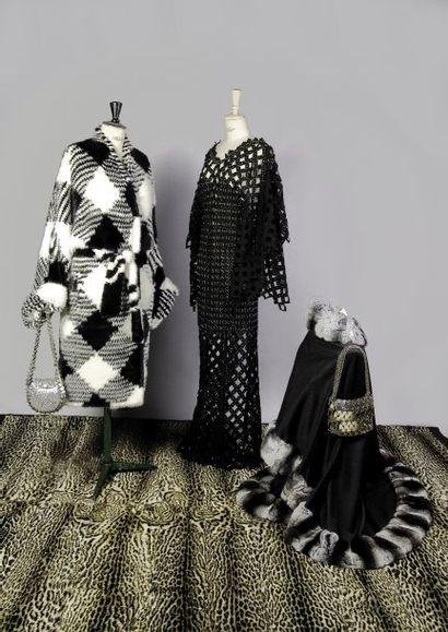 Manteau en vison tricoté à travail de damier VALENTINO  Robe PACO RABANNE  Cape...