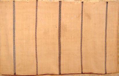 Tissage en laine. Voile de femme, Handira. Moyen Atlas, Marmoucha, Maroc. A woman's...