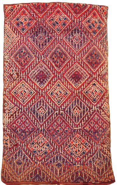 Tapis du Moyen Atlas, Maroc. A Middle Atlas knotted rug, Morocco. Travail de nouage...