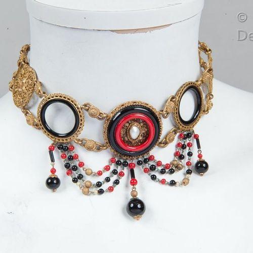 Chanel par Gripoix Circa 1930  *Exceptionnel collier en métal doré, ciselé, rep…