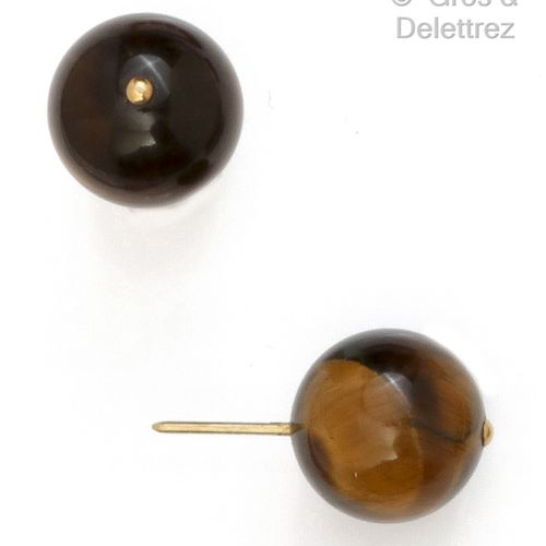 Pair of yellow gold earrings, each with a large tiger eye pearl. Diameter : 14,8…