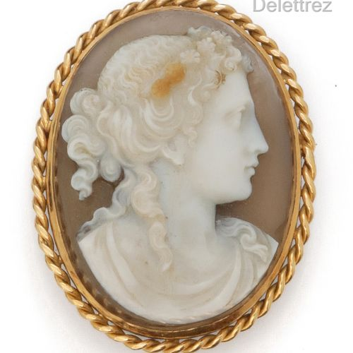 Twisted yellow gold brooch with an agate cameo representing the profile of a wom…