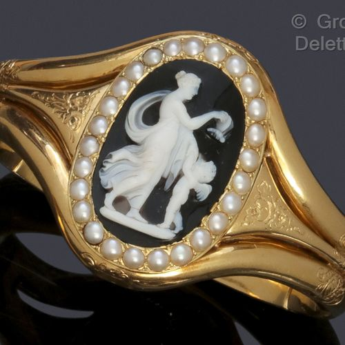 """Yellow gold """"Opening Bracelet"""" with rocaille decoration, decorated with an agate…"""