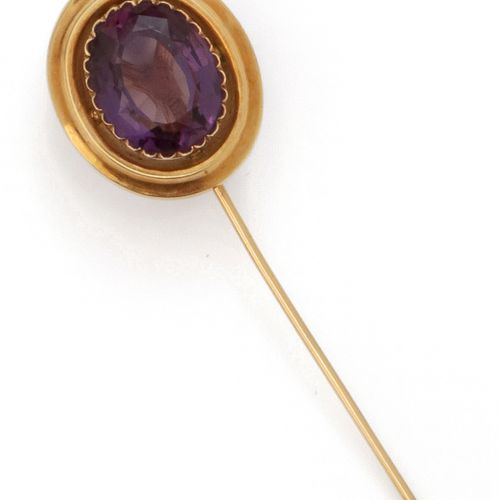 Yellow gold tie pin with an oval amethyst. Gross weight: 5.5g.