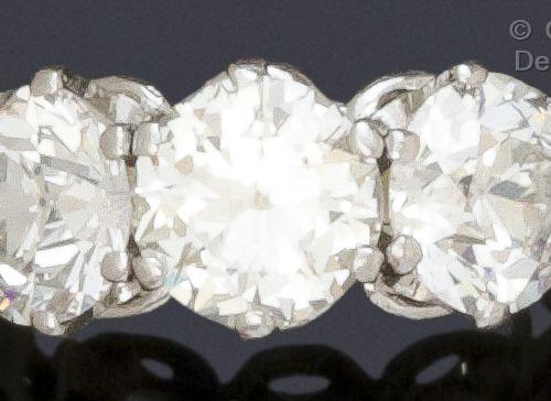 Importante bague « Jarretière » en platine et or gris, ornée de trois diamants t…
