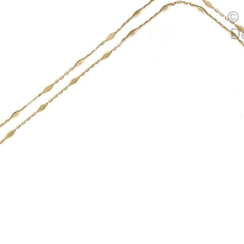 Long yellow gold watch chain with filigree spindle links. Circa 1900. Length : 1…