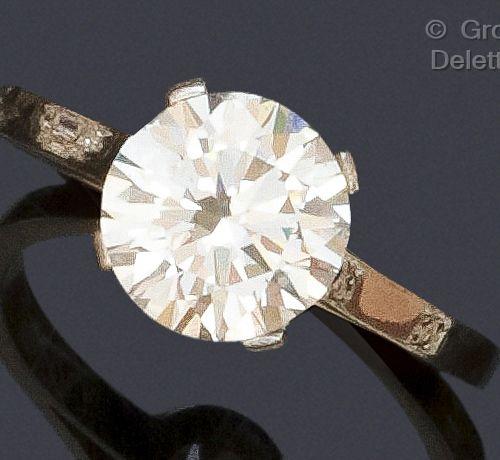 Bague « Solitaire » en platine, ornée d'un diamant taillé en brillant. Tour de d…