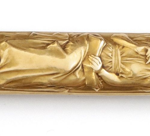 F. Vernon Lead holder in yellow gold with carved decoration of women reading. Ar…