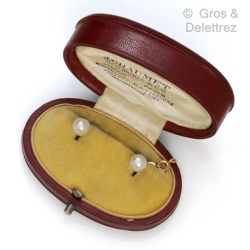 Pair of yellow gold collar buttons with a cultured pearl. With its yellow gold c…