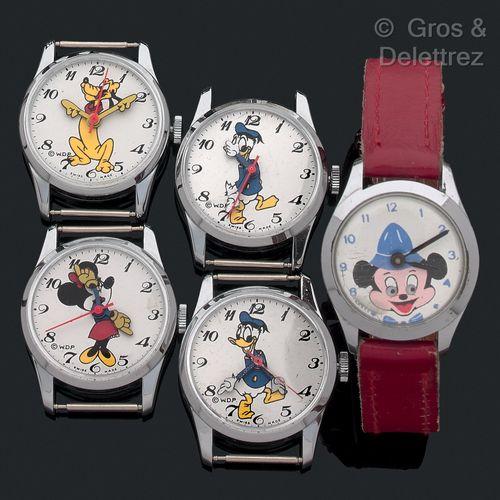 Lot comprenant 5 montres rondes WDP des années 60 dont les cadrans sont ornés de…