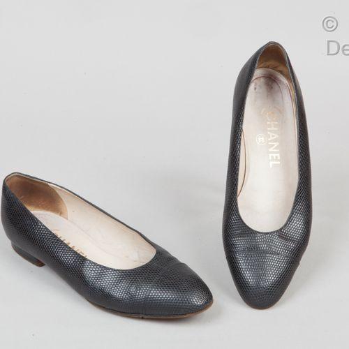 CHANEL Paire de ballerines en lézard noir, semelles en cuir. T.38. Bon état (lég…