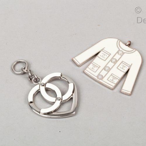 CHANEL Porte clefs en métal argenté émaillé écru figurant un cœur siglé et une v…