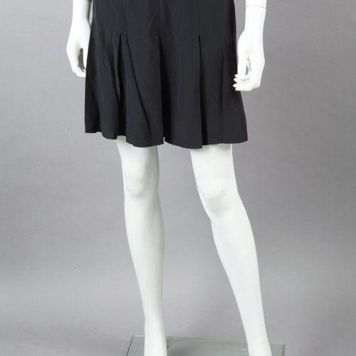 CHANEL Mini jupe en crêpe de soie noir, agrémentée de plis plats. Griffe noire, …