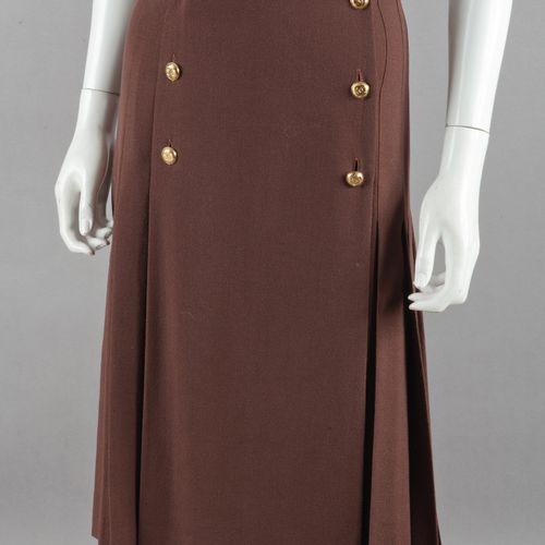 CHANEL Lot composé de deux jupes en crêpe de laine, l'une marron plissée, double…