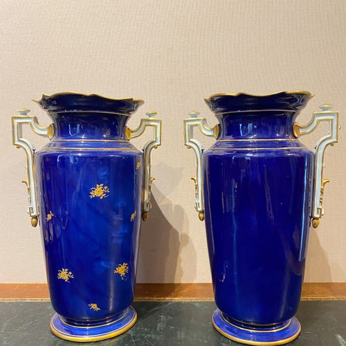 Manufacture of Samson, in the taste of Sèvres  Pair of midnight blue enamelled b…