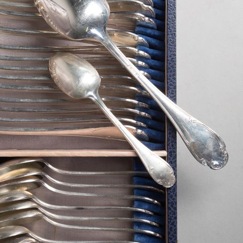 Silver plated rocaille style cutlery set with acanthus scrolls, composed of 12 t…