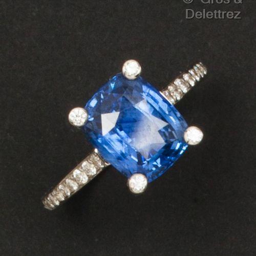 一枚白金戒指,镶有枕形蓝宝石和明亮式切割钻石。  蓝宝石的重量:约4.20克拉。  手指大小:52。毛重:4.7克。