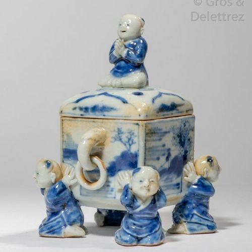 Chine, XXe siècle Brûle parfum quadrangulaire couvert en porcelaine bleu blanc, …