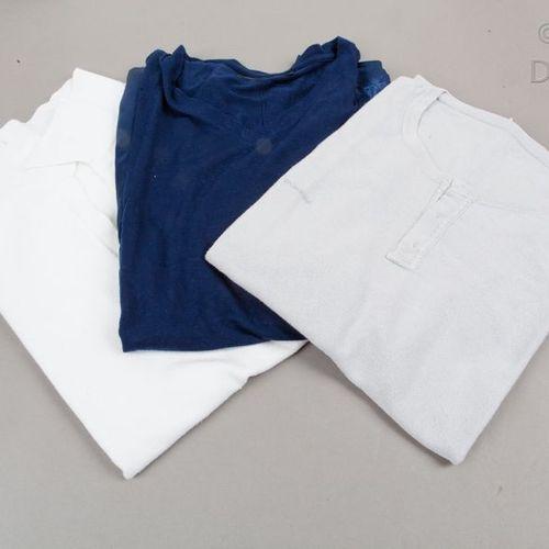 GIVENCHY par Ricardo Ticsi Lot composé d'un t shirt en coton gris, encolure rond…