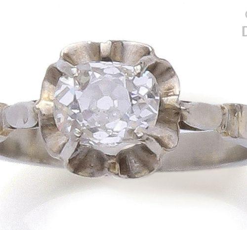 Bague «?Solitaire?» en or gris ornée d'un diamant coussin, calibrant 0,60carat …