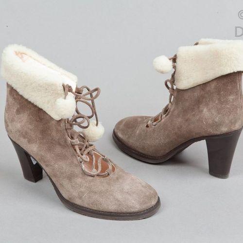 HOBBS  Paire de boots lacées en veau velours taupe, revers, extrémité des lacets…