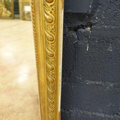 Glace de cheminée d'époque Napoléon III en bois stuqué doré stuqué, à décor d'un…