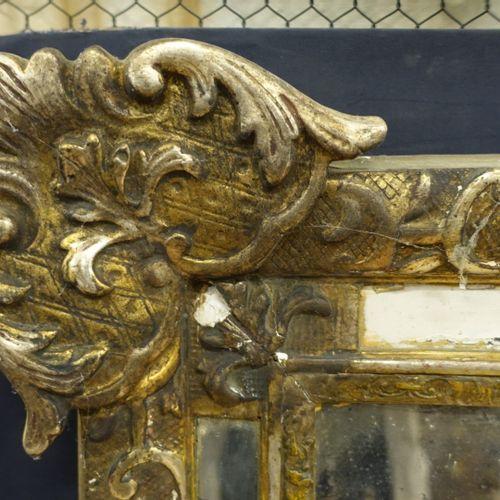 Glace à pareclose de style Régence en bois stuqué à décor de fleurs, feuilles, r…