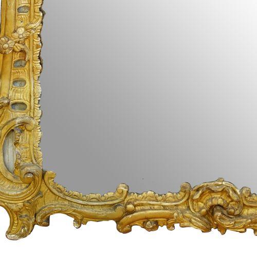Grande glace de cheminée d'époque Louis XV en bois doré mouluré et sculpté de ri…
