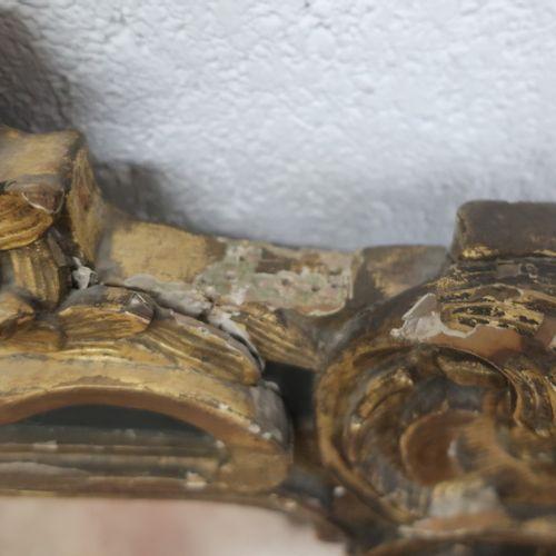 Glace d'époque Louis XV en bois doré et peint vert sculpté de fleurs, rinceaux, …