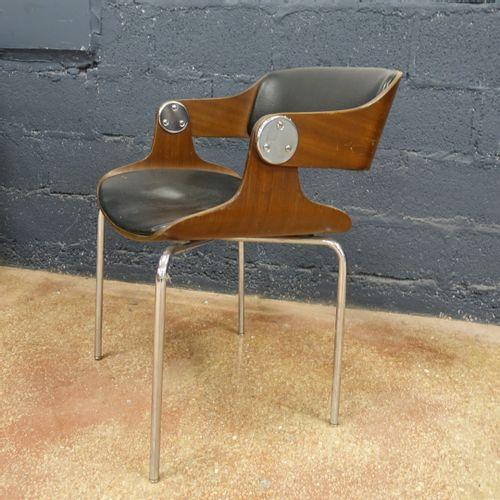 EUGEN SCHMIDT : Fauteuil, vers 1965, en bois, cuir et acier chromé. H. 78 cm. La…